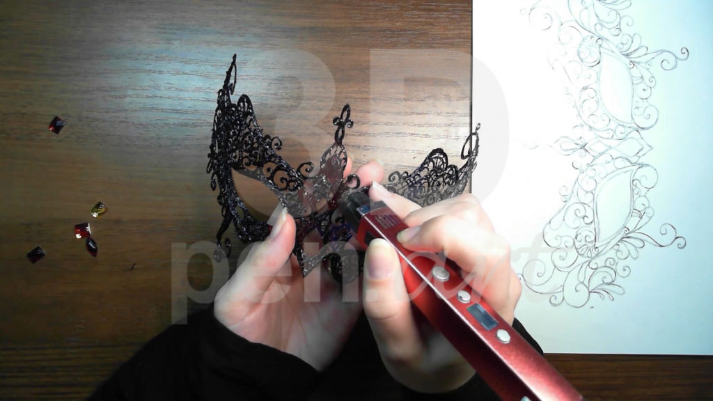 Маска 3D ручкой. Украшаем